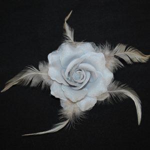 Růže 03 stříbrná s peříčky 9cm
